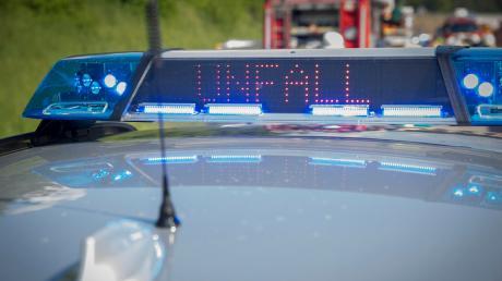 Ein Verkehrsteilnehmer rammte in Augsburg ein geparktes Motorrad und flüchtete.