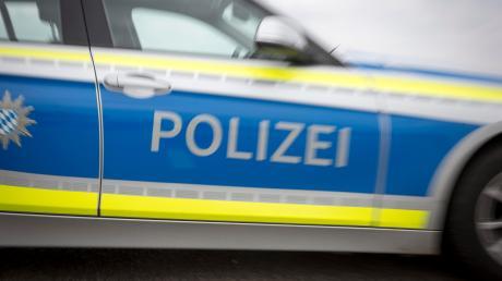 Ein Fahrer hat einen Schaden an seinem Auto bemerkt. Die Polizei geht davon aus, dass ein Radfahrer den Unfall verursacht habe.