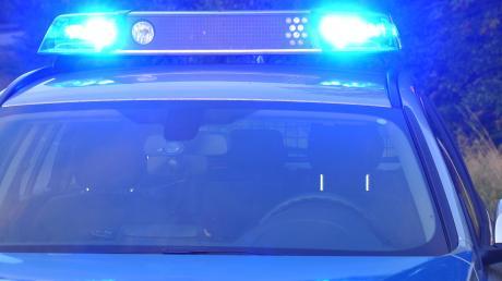 Ein Unbekannter hat in Stätzling ein Auto beschädigt.
