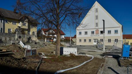 Der Platz vor dem Denklinger Rathaus und dem Kriegerdenkmal wird derzeit neu gestaltet. Dafür gibt es nun eine Million Euro Zuschuss.