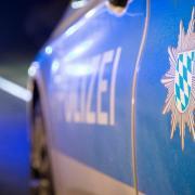 In Augsburg sind zwei Polizisten als Babysitter eingesprungen. Die Mutter des Kindes musste ins Krankenhaus.