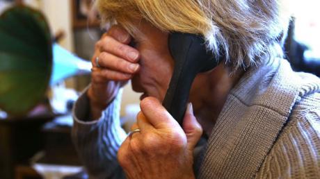 Betrüger haben es vor allem auf Senioren abgesehen. Eine Frau aus Bobingen hatte Kriminelle dabei unterstützt - und stand dafür nun in Augsburg vor Gericht.