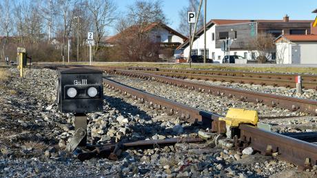 In einer Beschlussvorlage lehnt die Gemeinde Denklingen eine Wiederaufnahme des Personenverkehrs bei der Fuchstalbahn ab. Unser Bild zeigt die Gleise beim früheren Bahnhof der Gemeinde.