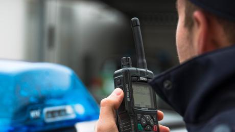 Die Polizei sucht einen Autofahrer, der in Gessertshausen einen Koppelzaun beschädigt hat.