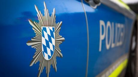Ein bislang unbekannter Fahrer beschädigt in Pöttmes einen VW Polo.