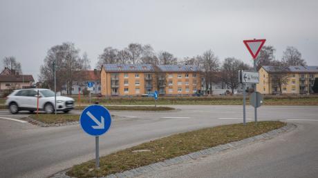 Auf einer Fläche am Benediktbeurer Ring in Penzing (im Hintergrund) ist ein Neubaugebiet geplant. Für Diskussionen sorgt die Frage, wie das Gebiet erschlossen werden soll. Die Gemeinderäte sprachen sich jüngst gegen einen Kreisverkehr aus.