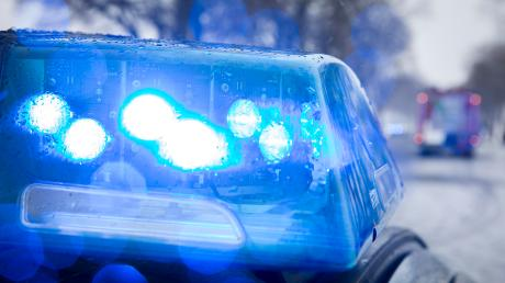 Die Polizei kontrolliert einen 24-Jährigen, weil er ohne Kennzeichen unterwegs ist. Die Beamten bemerken, dass der Mann sich seltsam verhält. Ein Drogentest zeigt wieso.