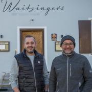 """Dominik Wagmann (links) und Claus Moritz vor ihrem neuen Projekt. Das """"Waitzingers"""" in Landsberg bietet Gastronomie und Hotellerie."""
