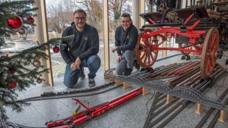 Bürgermeister Florian Hoffmann (rechts) und Jürgen Kleinert kümmern sich um die elektrische Eisenbahn im Uttinger Feuerwehrhaus.