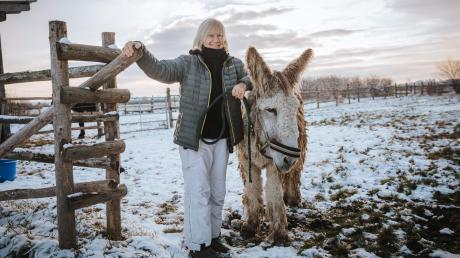 Jane Kellner(mit Esel Carlos) hofft durch einen Verkauf ihres Gnadenhofs in Frauenwies das Tierasyl weiterbetreiben zu können.