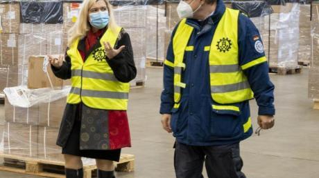 Melanie Huml im Lager für Impfmaterial.