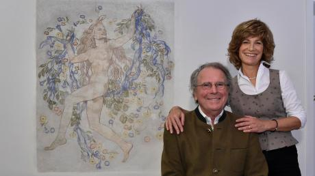 Jochen und Erika Seifert sind dabei, eine Stiftung zu gründen, die die Erforschung und Darstellung historischer Künstler und ihrer Häuser in Holzhausen fördern soll. Das Bild zeigt sie neben einem Fresko von Adolf Münzer in ihrem Haus in Holzhausen.