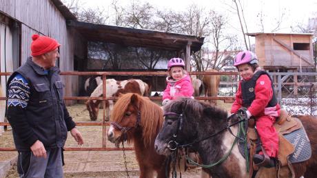 Ponyreiten geht derzeit nur in der Familie: vorne die dreijährige Anna Maisterl auf Monti, dahinter ihre zweijährige Schwester Emma auf Fidibus mit Opa Florian Maisterl.