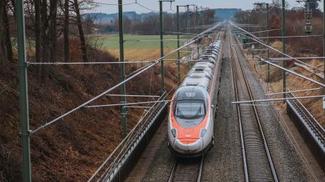 Seit Sonntag fahren auch auf der Bahnstrecke zwischen Geltendorf und Lindau die Züge mit Strom.