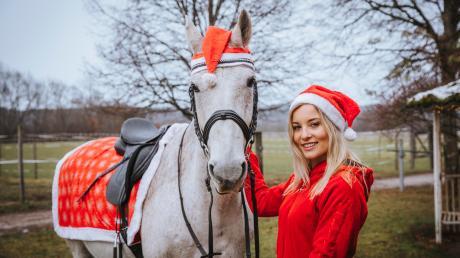 Janina Seidl aus Kinsau und ihr Pferd Bonito imweihnachtlichen Outfit.
