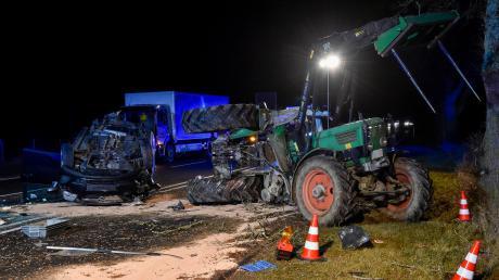 Bei dem Unfall auf der B17 bei Denklingen ist ein Traktor in der Mitte auseinandergebrochen.