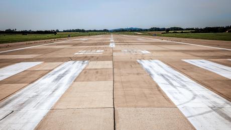 Wie geht es mit dem Fliegerhorst Penzing weiter? Auf der Landebahn führt der ADAC aktuell Tests durch.