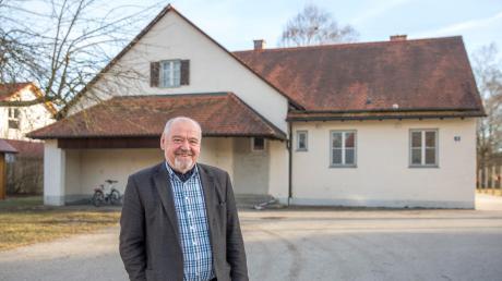 """Bürgermeister Siegfried Luge vor der alten Schule in Eching. Das Gebäude soll zu einem """"Begegnungszentrum"""" umgebaut werden. Dafür muss die Gemeinde aber auch mehr Geld in die Hand nehmen."""