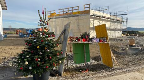 Nach dem Baustellenunglück in Denklingen Mitte Oktober haben Angehörige der Opfer an der Unfallstelle einen Weihnachtsbaum aufgestellt.