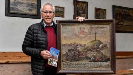 Albert Hutterer mit einer der wenigen Votivtafeln, die noch in der Kirche St. Matthäus vorhanden sind.