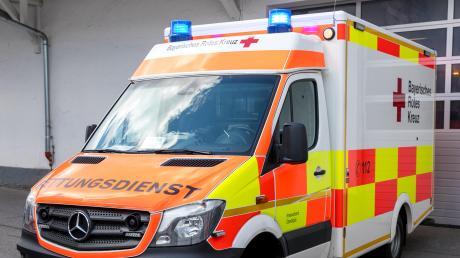 Mit einem Krankenwagen wurde ein Mann nach einem Unfall in Lauingen ins Günzburger Krankenhaus gebracht.