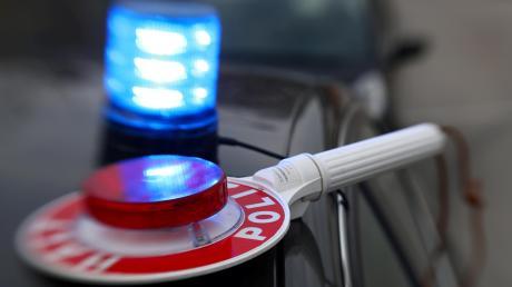 Die Polizei hat einen Lastwagenfahrer erwischt, der auf der A8 bei Leipheim im Baustellenbereich eine Pause eingelegt hat.