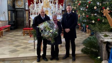 Gottlieb und Margit Gilg werden von Denklingens Bürgermeister Andreas Braunegger nach über 32 Jahren als Mesnerehepaar verabschiedet.