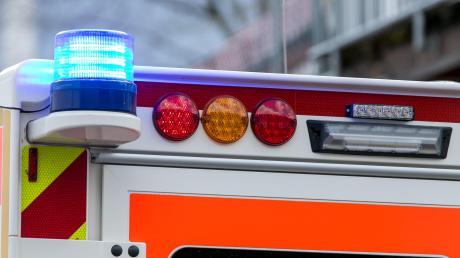 Ein Rettungswagen ist am Sonntag bei Greifenberg auf dem Weg zu einem Einsatz verunglückt und umgekippt.