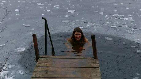 Veronika Kemser aus Rott hat das Eisbaden als neues Hobby für sich entdeckt.