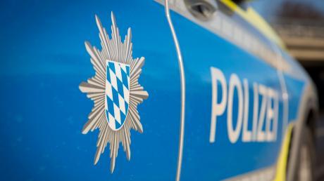 An einer Tankstelle in Holzheim ist am Samstag aus einem Auto ein Handy gestohlen worden.
