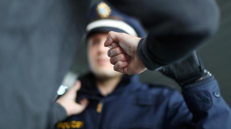 In Schrobenhausen hat ein Mann einen Polizisten in die Hand gebissen.