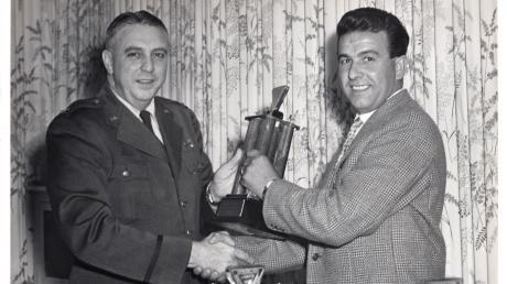 Alwin Reiters Vater Emil (rechts) erlebte den Fliegerhorst noch unter den Amerikanern. Er fuhr dort die großen Lkw und gewann bei einem der Geschicklichkeitsrennen, die die Amerikaner auch mit den Zivilisten durchführten, einen Preis.