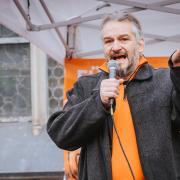 Rolf Kron bei einer Kundgebung vor gut einem Jahr auf dem Hellmairplatz in Landsberg.