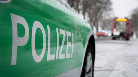 Eine 30-jährige Frau hat am Montagmittag einen Unfall verursacht und rief danach bei der Polizei an.