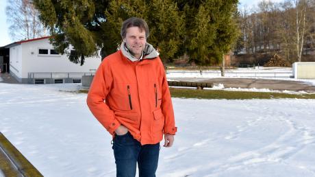 Der Geltendorfer Bürgermeister Robert Sedlmayr am Sportgelände in Walleshausen: In dem Ortsteil stehen einige Projekte an.