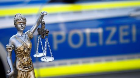 Ein betrunkener Lastwagenfahrer hat auf dem Parkplatz der Lech-Stahlwerke in Meitingen einen anderen Mann verprügelt.