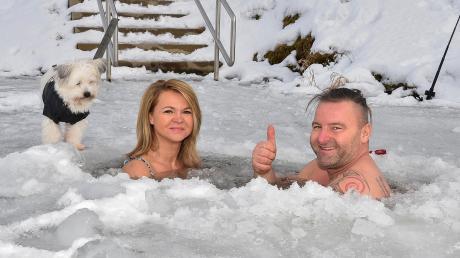 Silvana Kolman und Stefan Gruschwitz tauchen gerne in eiskaltes Wasser ein – wie hier am gefrorenen Windachspeicher.