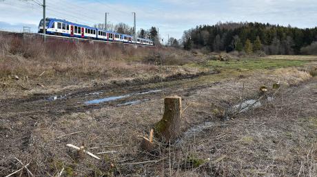 Direkt an der Bahnlinie München-Lindau soll der Damm zwischen Igling und Holzhausen gebaut werden.