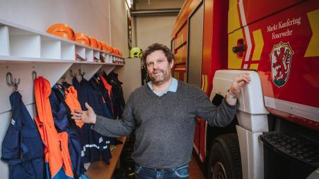 Kauferings Kommandant Markus Rietig zeigt die beengten Verhältnisse im Gerätehaus der Feuerwehr.