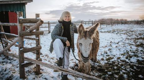 Janne Kellner lächelt tapfer, auch wenn ihr eher zum Heulen zumute ist: Der Gnadenhof Frauenwies steht praktisch vor dem Aus.
