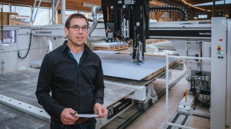 Holger Höfle in seinem Holzbau-Betrieb, den er 2015 von Utting nach Thaining verlagert hat.