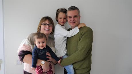 Die Familie Balleis aus Walleshausen: Mama Franziska mit Mariella und Papa Stefan mit Isabella.