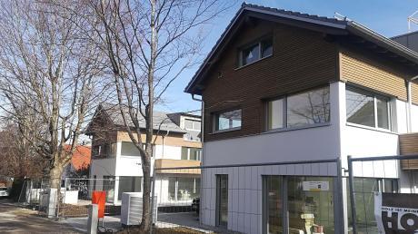 An der Bannzeile in Dießen errichtet gerade ein Bauträger mehrere Einfamilienhäuser.