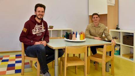 Die Zeit, als dieser Stuhl für Matthias Peischer (links) gepasst hat, ist schon lange her: Der 29-Jährige kehrt nun in leitender Funktion an seinen ehemaligen Kindergarten zurück. Und auch die zweite Einrichtung in Penzing leitet ein Mann: Dennis Pfender.