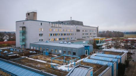 In einer Station des Landsberger Klinikums ist das Coronavirus ausgebrochen. Mehrere Patienten und Mitarbeiter wurden inzwischen positiv getestet, die Station wurde geschlossen. Derzeit läuft ein Reihentest, der mögliche weitere Infektionen anzeigen soll.