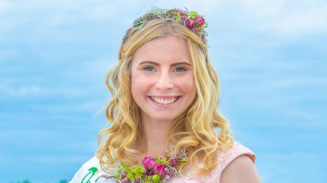 Die Deutsche Blumenfee Annika Stroers lebt in Utting. Das Bild zeigt sie in ihrem Feen-Dienstkleid.