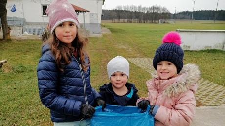 Amaya (8 Jahre alt), Felix (3) und Amalia (6) sammeln in Lengenfeld fleißig Müll.