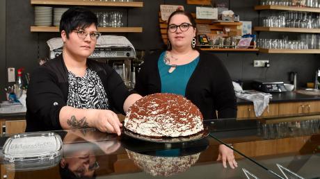 Die Auslage im Café von Betriebswirtin Michaela Storhas (links) und Konditormeisterin und Geschäftsführerin Maria Storhas in Leeder ist oft leer.