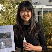 """Yuhan Ye aus Landsberg hat mit ihren Versuchen zu Klebern aus Baumharz die erste Runde bei """"Jugend forscht"""" im Fachbereich Chemie gewonnen."""