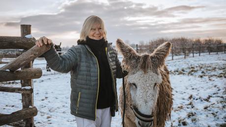 Janne Kellner (mit Esel Carlos) freut sich über die Unterstützung ihres Gnadenhofs, dessen dauerhafte Existenz aber noch nicht gesichert ist.